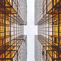 L'image représente des tours d'immeubles